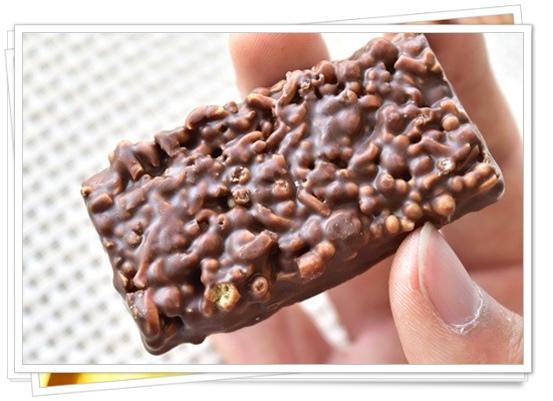 イケ麺サンダー(ブラックサンダーの新作)のカロリーは?味の口コミも中身